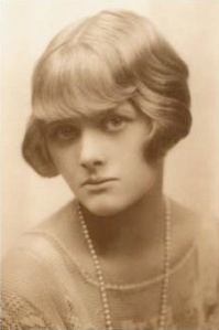 A young Daphne DuMaurier (Source; Wikipedia)